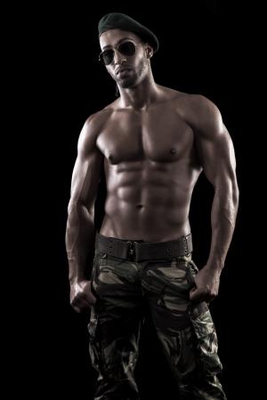 torso nudo: Vista di un uomo muscoloso su sfondo nero in artistico, fitness e bodybuilding pose.