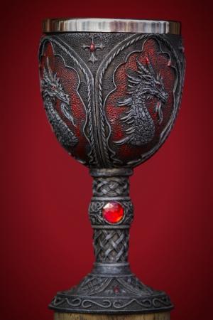 판타지 중세 성배 컵 와인의 뷰를 닫습니다. 스톡 콘텐츠