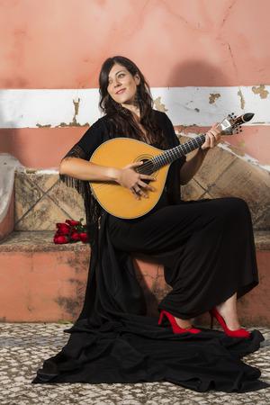 Vue d'une belle jeune chanteuse et femme interprète de musique traditionnelle du fado portugais. Banque d'images - 30469311