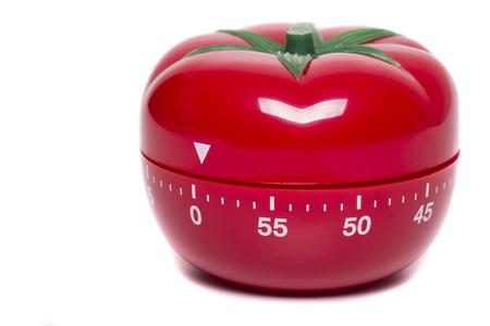 토마토 부엌 시계 타이머 흰색 배경에 고립의 뷰를 닫습니다.
