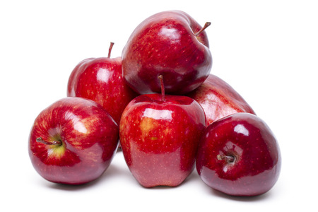 manzana roja: Cerrar vista de algunas manzanas rojas aislado sobre un fondo blanco.