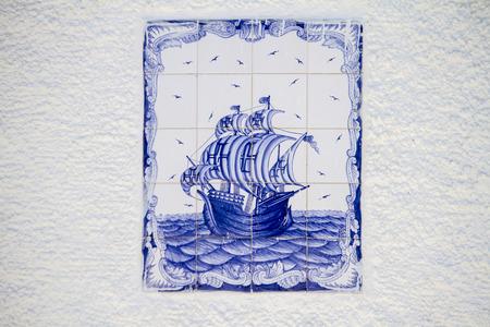 caravelle: Vue d'une belle tuile azulejo d�cor� repr�sentant une caravelle navire portugais.