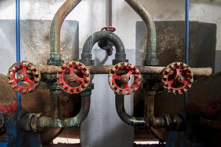 distillation: Tanques de destilaci�n viejos para aguardiente (bebida alcoh�lica) de producci�n.