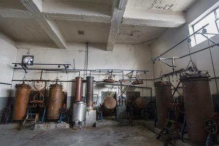 destilacion: Tanques de destilaci�n viejos para aguardiente (bebida alcoh�lica) de producci�n.