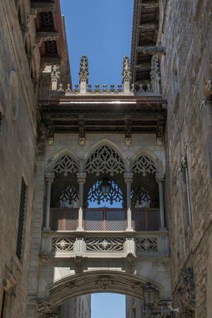 gotico: Detalle de la arquitectura del barrio gótico (calle del Bisbe), con sede en Barcelona, ??España.