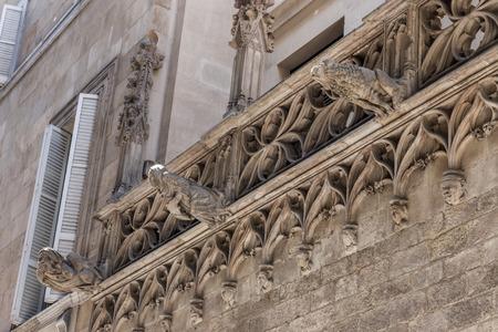 gotico: Detalle de la arquitectura del barrio g�tico (calle del Bisbe), con sede en Barcelona, ??Espa�a.