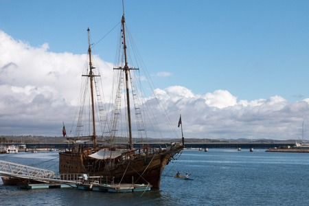 caravelle: Vintage restored Caravel ship anchored in the docks of Portimao city, Portugal Banque d'images
