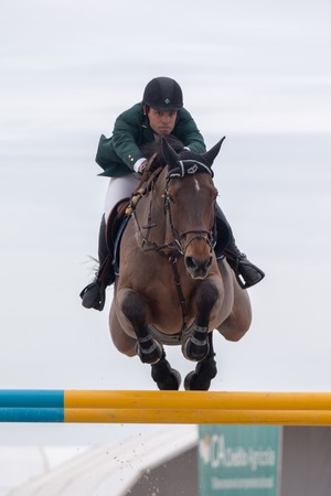 uomo a cavallo: VILAMOURA, PORTUGAL - APRIL 3, 2016: Horse obstacle jumping competiion, called Vilamoura Atlantic Tour that brings the finest athletes to the event.
