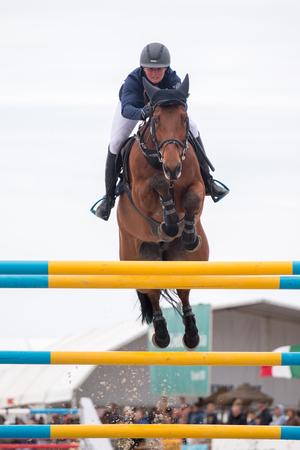 uomo a cavallo: Vilamoura, Portogallo - 3 aprile 2016: Cavallo di salto ostacoli competiion, chiamato Vilamoura Atlantic Tour che porta i migliori atleti per l'evento.
