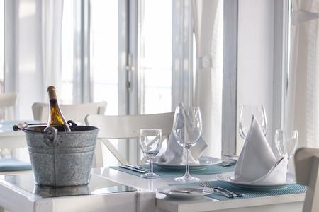 Vista de la brillante mesa de restaurante de color blanco cubierto con ventanas soleadas.