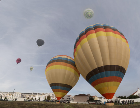 Vista de la ascensión colorido festival de globos de aire caliente.