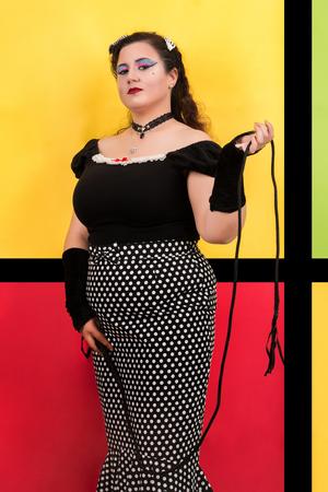 Vista da menina vintage pinup ao lado de um cenário de arte pop colorido.