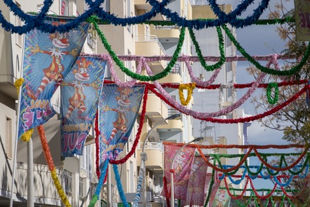 LOULE, PORTUGAL - 4th February 2018 - Outdoor view of the main avenue of Loule city decorated with carnival flags and ribbons. 版權商用圖片 - 96809171