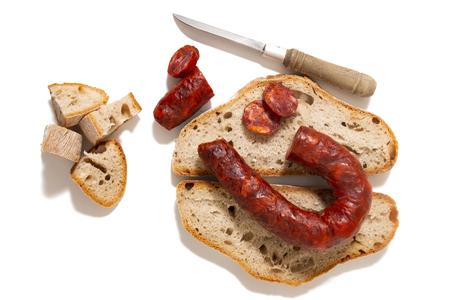 chorizo et tranches de pain traditionnel isolés sur fond blanc.
