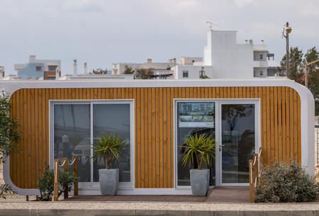 Vista de cerca de un contenedor de venta moderno.
