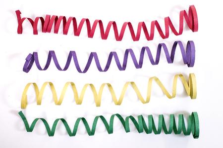 Serpentinas de colores mezclados sobre un fondo blanco.