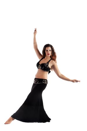 Bailarina de danza del vientre joven exótica aislada en un fondo blanco.