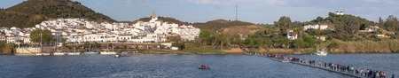 ALCOUTIM, PORTUGAL: MARCH 30, 2019: Festival of smuggling (contrabando), where many people cross the river to the other side, to Sanlucar de Guadiana, Huelva, Andalusia, Spain. 新聞圖片