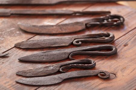 Close up view of a display of medieval small daggers. Banque d'images - 137860232