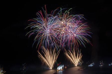 Bellissimi fuochi d'artificio del nuovo anno 2020 nella città di Albufeira, Portogallo.