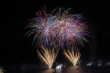 Schönes Feuerwerk des neuen Jahres 2020 in der Stadt Albufeira, Portugal.