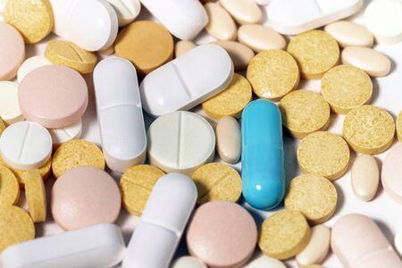 Mélange assorti de pilules sur fond blanc. Banque d'images