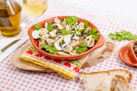 Typical starter portuguese meal of clams with garlic, olive oil and parsley. Imagens