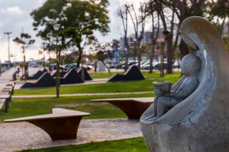 Beautiful view of the relaxing Park Patrao Joaquim Lopes statue on Olhao city, Portugal. Standard-Bild