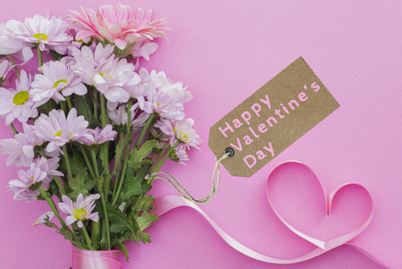 daisy bouquet and Happy Valentine's Day message on pink background Stok Fotoğraf