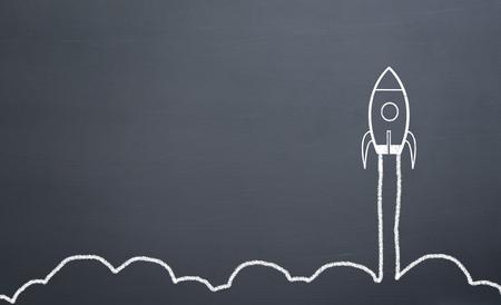 Kreidezeichnung Rakete auf Tafel Schnell nach oben