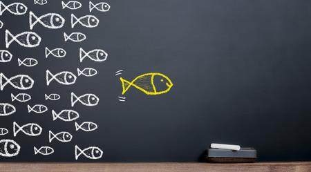 Het concept van leiderschap. Grote vis leidt tot een kudde vissen