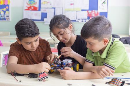 El grupo de estudiantes turcos está desarrollando el robot en el aula.