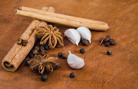 dried spice: Variedad de especias secos para cocinar en una placa de cuero marr�n. Foto de archivo