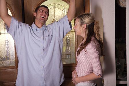 lernte: Junge Ehemann gerade erfahren, dass seine Frau schwanger ist