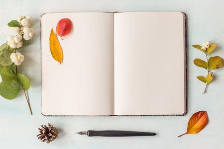 paper craft: Identidad y maqueta artesanal conjunto con efecto retro filtro. Lindo del vintage burlan arriba en el fondo de madera. Otoño estilo maqueta.