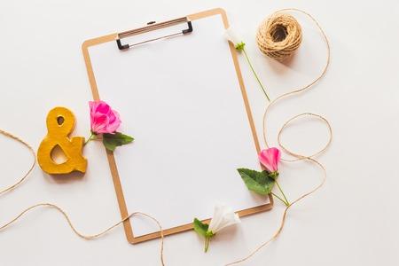 paper craft: Identidad y artesanía maqueta con efectos retro filtro. Lindo del vintage burlan arriba en el fondo de madera.