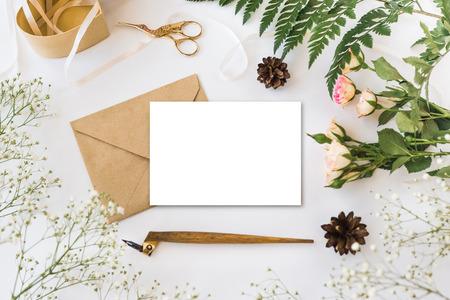 Stijlvolle brending mockup met bloemen om uw kunstwerken te tonen. Stockfoto