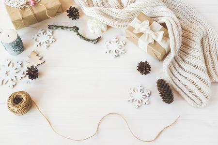 papel filtro: Maqueta brending con estilo para mostrar sus obras de arte. Regalos de año nuevo navidad del vintage lindo burlan arriba en el fondo de madera. Foto de archivo