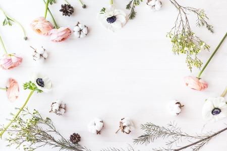 Leuke en stijlvolle branding mockup foto wit bloemen. Stockfoto