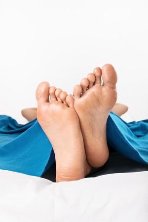 Close-up Schuss der weiblichen Füße auf weißem Hintergrund Standard-Bild