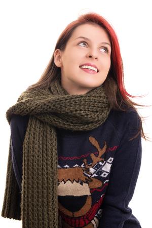 ropa de invierno: Retrato de una chica joven feliz hermosa en ropa de invierno, aislado en fondo blanco.