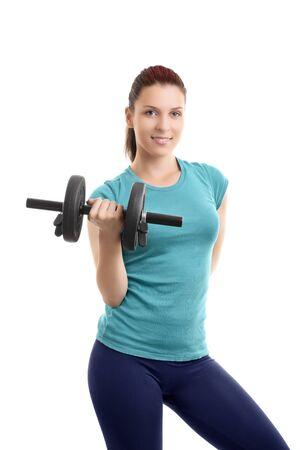 Ein Porträt eines schönen Mädchens in der Sportkleidung, das eine Hantel lächelt und anhebt, lokalisiert auf weißem Hintergrund. Fit-Lifestyle-Konzept. Standard-Bild