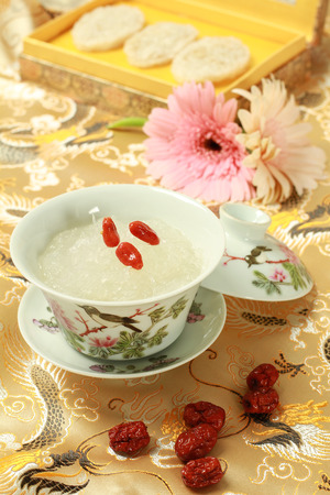 Vogelnest-Suppe mit chinesischen Kräuter Standard-Bild