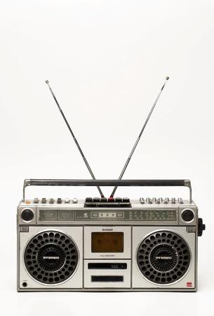 grabadora: La radio casete retro sobre fondo blanco Foto de archivo