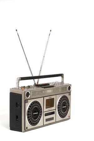 Le radio-cassette rétro sur fond blanc