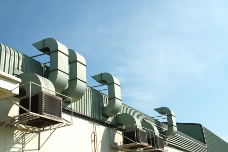 contaminaci�n de aire: Un techo de f�brica con aberturas m�ltiples Foto de archivo