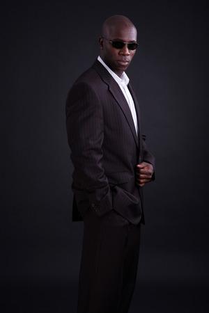 black business man: L'homme d'affaires noir avec un fond sombre Banque d'images
