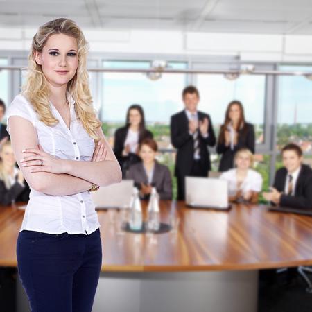 Freundliche Geschäftsfrau im Büro