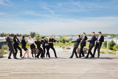 Geschäftsteamwork Menschen ziehen am Seil