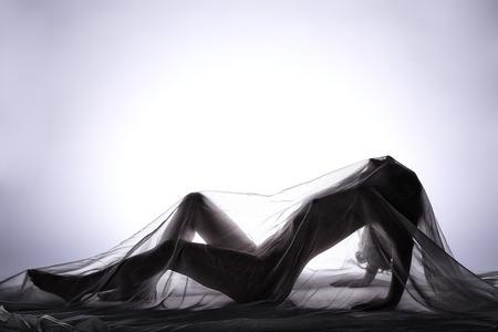 Naakte vrouw met witte handdoek